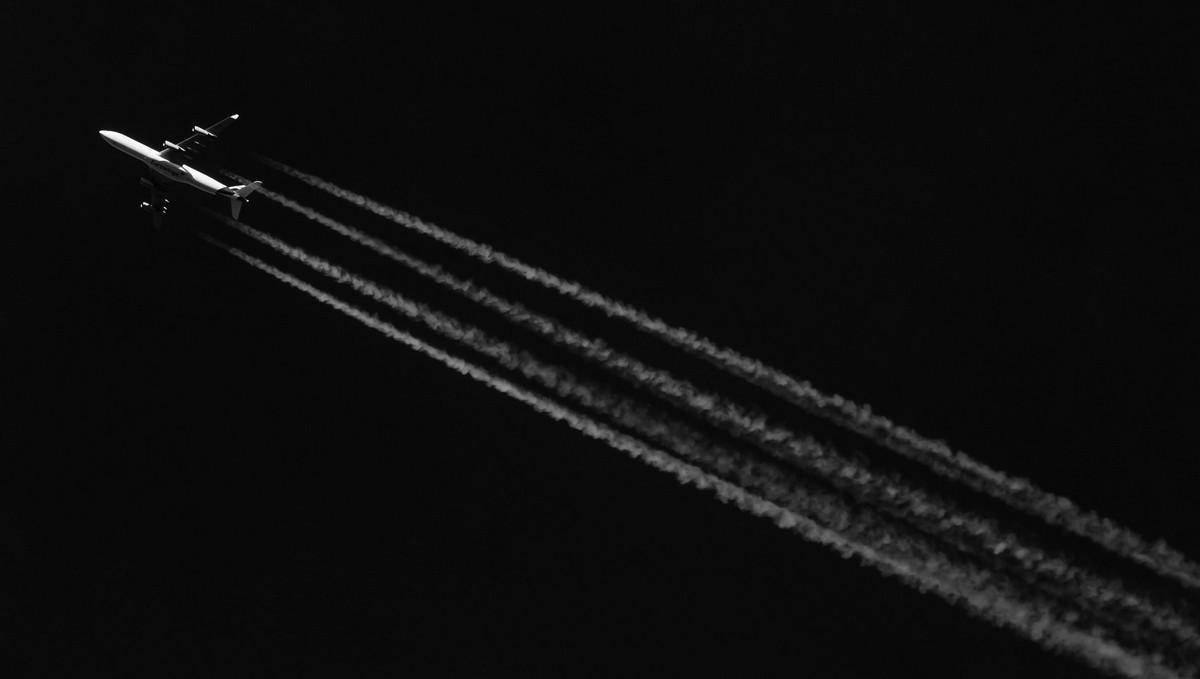 Chemtrail v praxi, kdy letadlo zanechává kondenzační stopu.