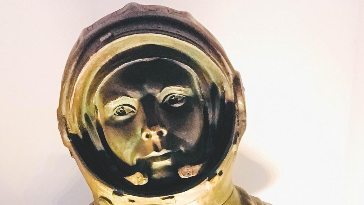 Jurij Gagarin na jedné ze svých podobizen.