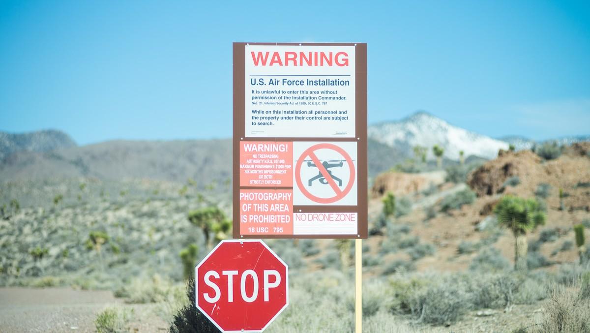 Výstražná cedule před místem zvaným Oblast 51.