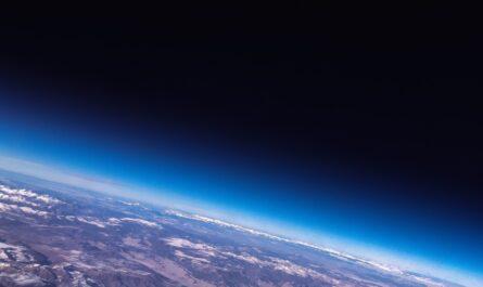 Plochá Země zobrazená na vesmírné fotografii.