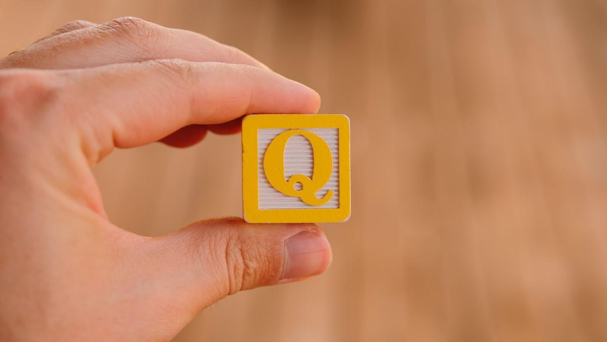 Q jako symbol pro konspirační teorii QAnon.