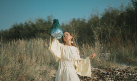Dívka, která patří do určité náboženské sekty.