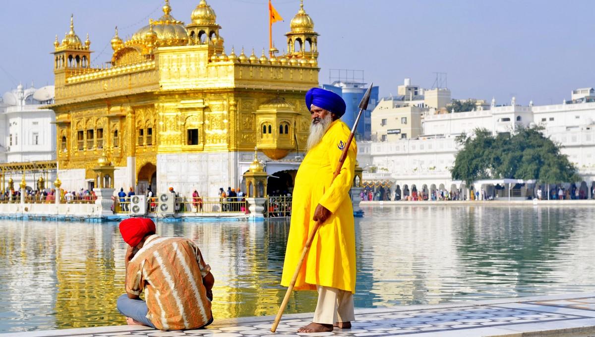 Muži, kteří vyznávají náboženství zvané sikhismus.
