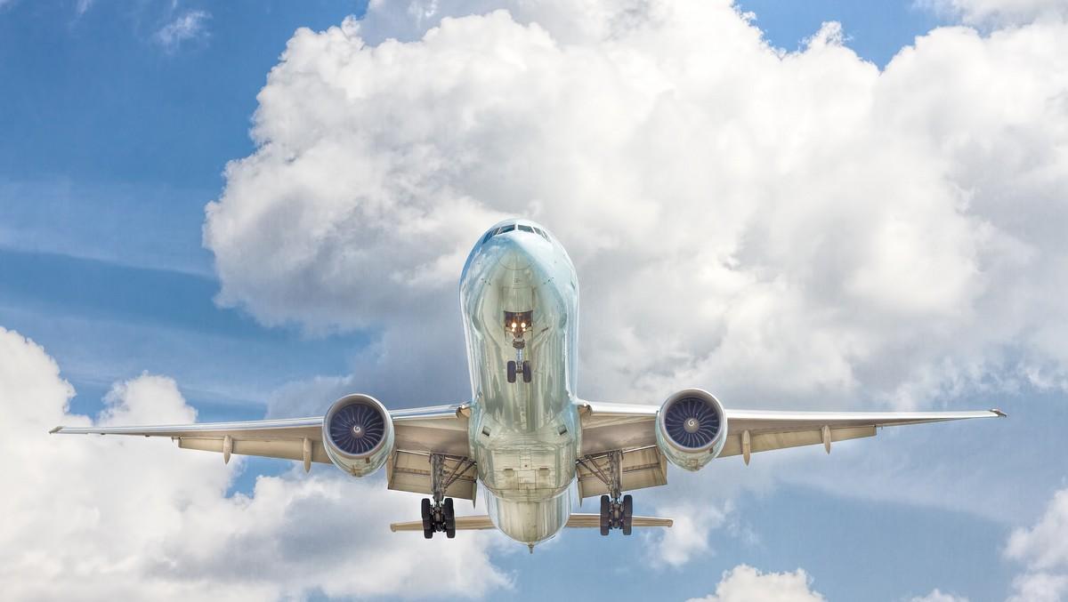 Boeing 747 vznášející se v oblacích.