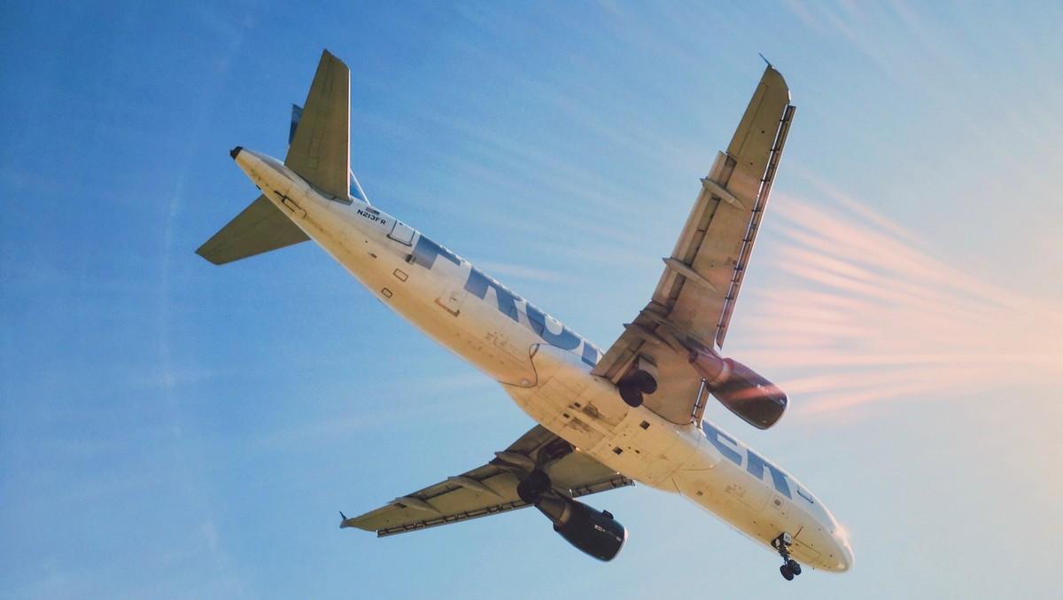 Letadlo z kauzy chemtrails rozprašuje morgellony.