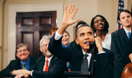 Prezident Barrack Obama zachycený při telefonátu.