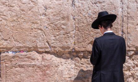 Modlící se Žid, jehož národa se týkají Protokoly sionských mudrců.