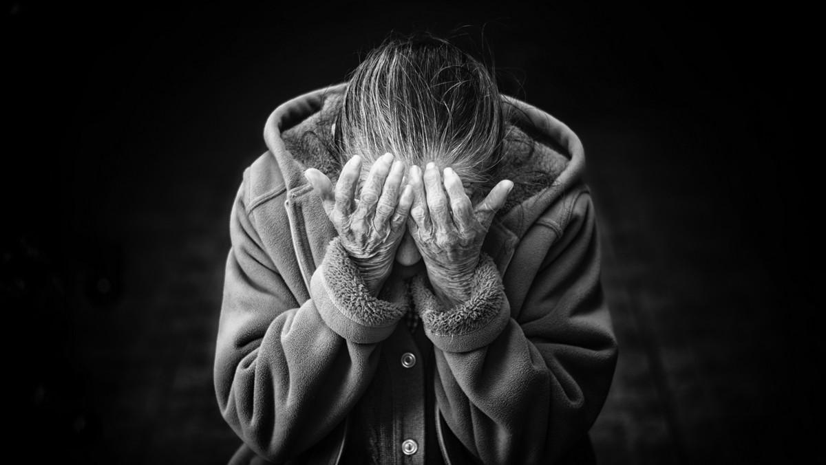 Alzheimerova choroba sužující starou paní.