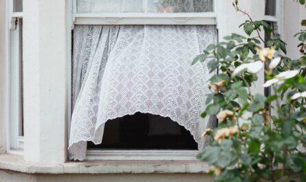 Otevřené okno, které je zajišťuje čistý vzduch.