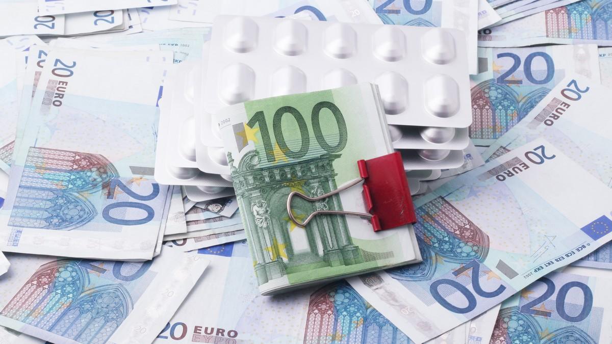 Peníze symbolizující důchodové pojištění.