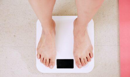 Senior stojí na váze a chce se pustit do hubnutí.