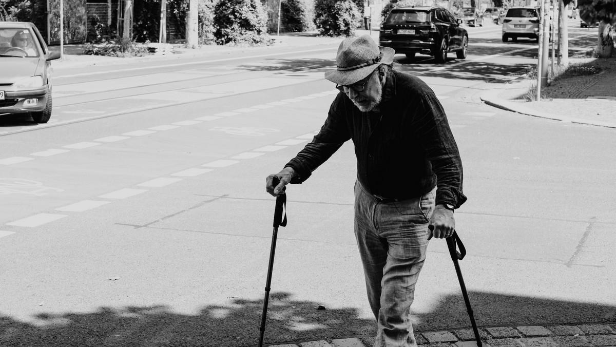 Starý pán, který díky hendikepu pobírá invalidní důchod.