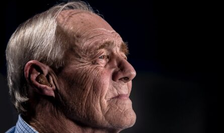 Parkinsonova nemoc, která sužuje starého muže.