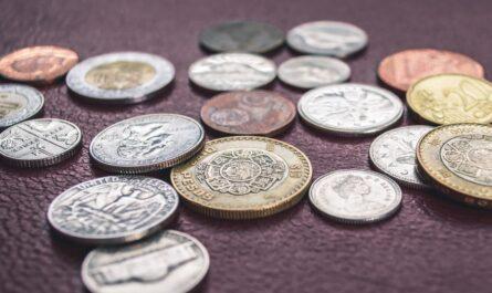 Peníze, které symbolizují předčasný důchod.