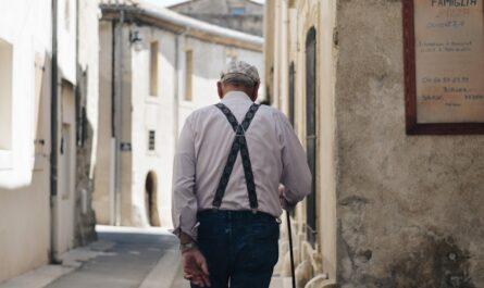 Starý pán, který už pobírá starobní důchod.