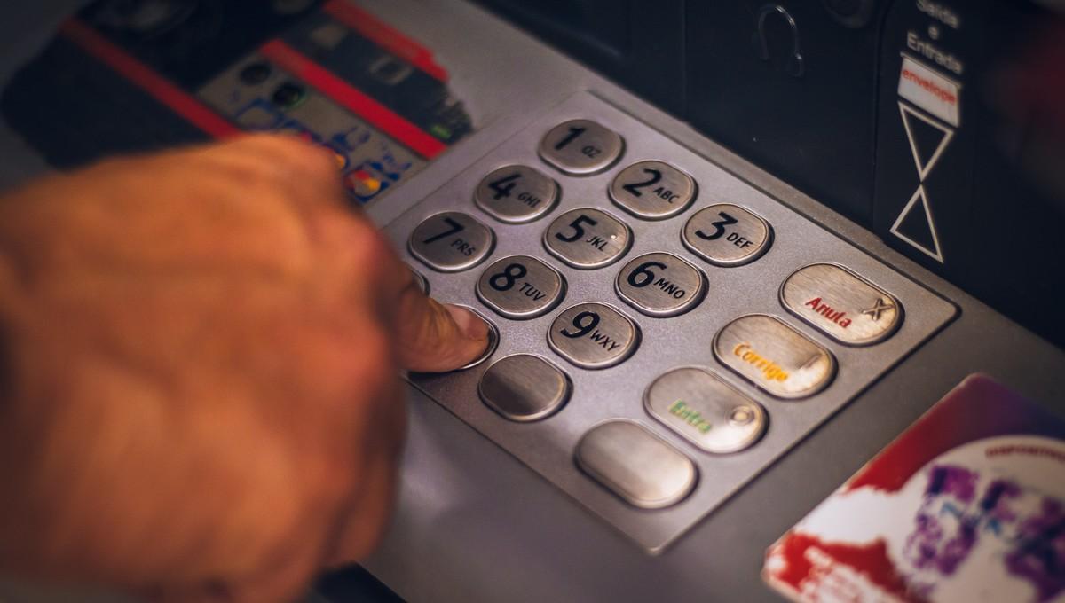 Bankomat, který využívá každý, kdo mí účet pro seniory.