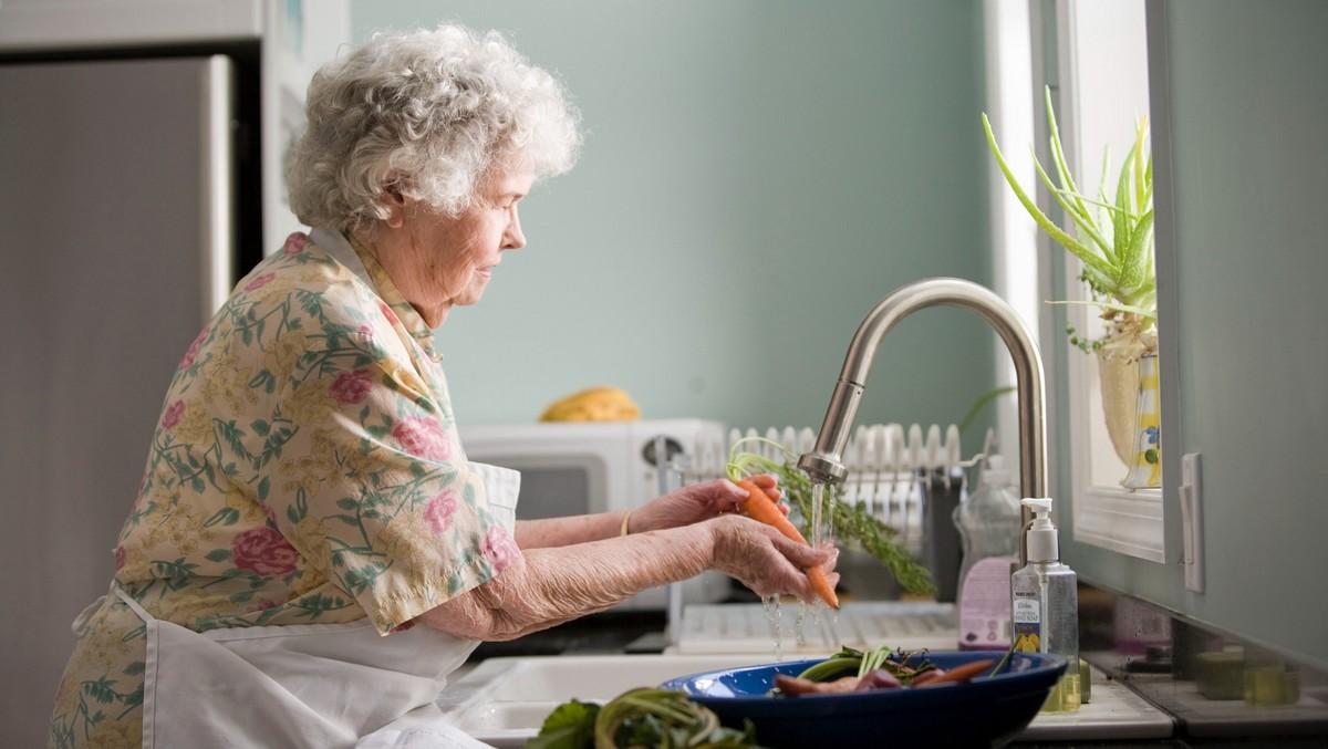 Žena přišla o muže a bere vdovský důchod.