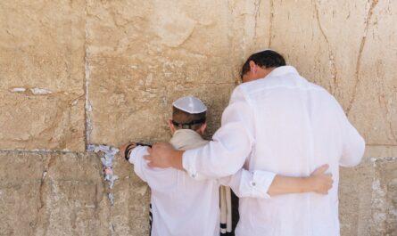 Otec se synem modlící se u zdi. I jich se týká židobolševismus.